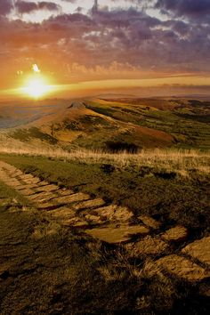 ✯ Sunrise along the ridge between Mam Tor and Lose hill in the Derbyshire Peak District - UK. Mam Tor is also known as Shivering Mountain, you can lean back into the wind at the top and not fall back. Beautiful World, Beautiful Places, British Countryside, Peak District, Derbyshire, British Isles, Great Britain, Mother Nature, Nature Photography