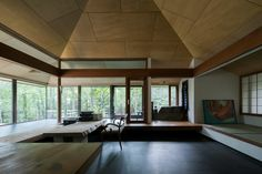 星見台と暮らすアトリエ山荘<br /> 緑を取り込むガラスのリビングダイニングとガラスの縁側<br />アトリエスペースと小上がりの和室と小上がりの書斎 Home Decor, Decoration Home, Room Decor, Interior Decorating