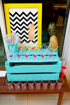decoracao de festa tropical copos e caixote