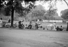 Betjaks (fietstaxis) in straatbeeld van Surabaya, Indonesië (1950)