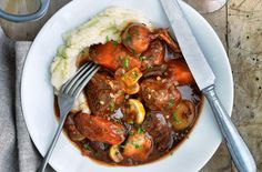 Slimming World's slow cooked beef Bourguignon is a delicious, hearty and warming dish that is perfect on those cold winter days. The ideal feast for the whole family for Sunday lunch, this mouth-watering casserole takes around 2hrs and 30 mins to cook. It is well worth the wait, made with fragrant garlic, shallots, thyme and parsley. Served with a light and creamy swede mash, this dish is healthy as well as filling. Not only can you reheat leftovers for another time so there is no waste…