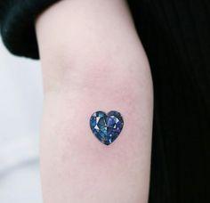 💙 Gem Tattoo, Jewel Tattoo, Bild Tattoos, Body Art Tattoos, Pretty Tattoos, Beautiful Tattoos, Survivor Tattoo, Diamond Tattoos, Heart Tattoo Designs