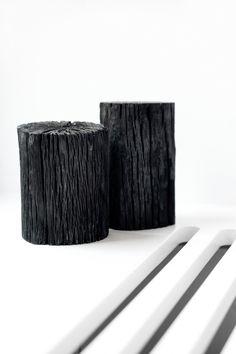 Basis gør sig også godt i kontraster. Her ses den med sorte skabslåger til underskabe, hvide skabslåger til højskabe og bordplade i massiv egetræ.