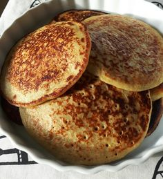 Delicious banana pancakes Enough for 4 people 3 bananas Juice from 1 orange 2 eggs 1 cup oatmeal ½ cup of buttermilk 1 ts vanilla powder 1 ts baking soda 1 pinch of salt All ingredients are blended… Baby Food Recipes, Great Recipes, Cake Candy, Banana Pancakes, Oatmeal Pancakes, English Food, Food Inspiration, Love Food, Muffins