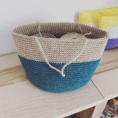 ターコイズとコクヨの麻ひものバイカラーのバッグを編みました。 作り方はアロハバッグと同じ編み方なのでこちらをどうぞ。 まずはピーコックで編んでいきます。 今回はバイカラーなので、14段まで側面を編んだらコクヨの麻ひもに変えます。 バランスをみて持ち手の芯をつけます。 本体が完成しました。 持ち手の内側の編み方がわからないという方が結構いらっしゃったので、動画にしてみました。 ただ、2倍速で進んでるので早いですが編み方というよりは編み進め方の参考になると思います。 1倍速で載せようと思ったら長いからヤダってyoutubeさんに断られたんでさ…。 内袋はキウイ柄のバイカラー 内袋を縫い付けたら完成です。 このバナナリーフのタグは、セリアさんで売ってたウッドモービルです...