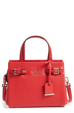 The superbly structured and compactsilhouette of this Kate Spade handbag makes for an effortlessly chic look.