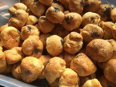Worstbollen. Ken je die mini croissants met zo'n cocktailworstje erin? Ik heb daar een variant op. Qua bestanddelen eigenlijk hetzelfde maar qua uiterlijk en smaakbeleving toch anders. Wij noemen ze worstbollen