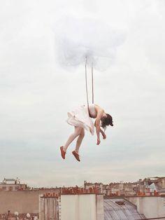 """La série """"Sleep Elevations"""" de l'artiste photographe françaiseMaia Flore. De magnifiques photographies vaporeuses, oniriques, qui nous entrainent dans le do"""