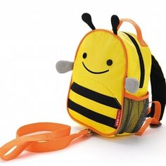 Plecaczki SKIPHOP ZOO BABY* to rozwiązanie dla aktywnej rodziny. Plecaczek został stworzony dla najmłodszych dzieci. Wyróżnia go dostosowanie funkcjonalności do dziecka i rodziców jednocześnie. Plecak jest gabarytowo proporcjonalny do dziecka w wieku ok 1 do 4 lat. Zapina się go specjalnym klipsem aby nie zsunął sie maluchowi z ramion. Dla rodziców udogodnieniem jest smycz, którą możemy przypiąć lub odpiąć z plecaka. Dzięki smyczy dajemy dziecku swobodę poruszania się nie tracąc kontro