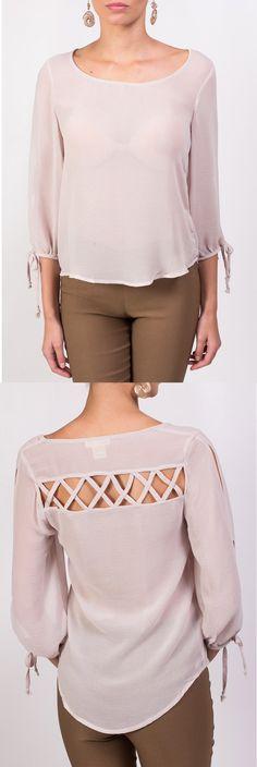 Te presentamos esta blusa beige, con un delicado diseño calado en la parte de la espalda.