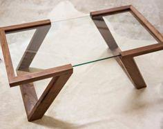 La mesa Evans es la piedra angular de nuestra colección de Evans. A mano de nogal negro, la mesa está provista de 5 capas mano-frotado de nuestra mezcla de aceite/barniz único que abre la belleza natural del grano. Característica más atractiva de la tabla es la 3/8 espesorflotantesuperficie de vidrio, diseñada para darle un equilibrio visual perfecto para complementar su entorno.  Como cada espacio tiene sus propios elementos únicos, ofrecemos la colección de Evans en tres tamaños y varias…