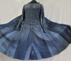 Ce manteau long style militaire est conçu à partir de jeans et vestes en utilisant des matériaux recyclés et durables.    Taille L    Buste : 40