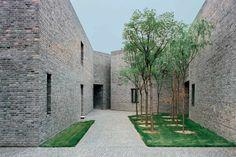 Paquete de ladrillos rojizos mezclados con el resto color gris. _ Galería de arte en Pekín (Caochangdi Gallery. Beijing, China / 2005) Acceso a la galería Ursmeile _ FAKE Design, Ai Weiwei