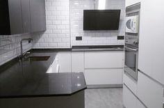 Cocina abierta al salón Kitchen Cabinets, Kitchen Appliances, Wall Oven, Home Decor, Open Kitchens, Diy Kitchen Appliances, Home Appliances, Decoration Home, Room Decor
