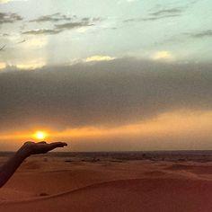 Brutal experiència veure com el dia marxa des de les portes del desert. Fas mitja volta sabent que hi tornaràs, sense importar els 48 graus, els prop de 500 km d'avui, la intensa calima o el caminar d'un dromedari una mica gandul.