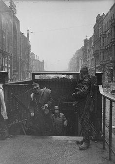 1945, Allemagne, Berlin, Des soldats allemands sortent du …   Flickr