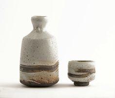 Sake bottle and cup by UK potter Lisa Hammond. - the modern pottery studio Korean Pottery, Japanese Pottery, Organic Ceramics, Modern Ceramics, Ceramic Pottery, Pottery Art, Earthenware, Stoneware, Sake Bottle