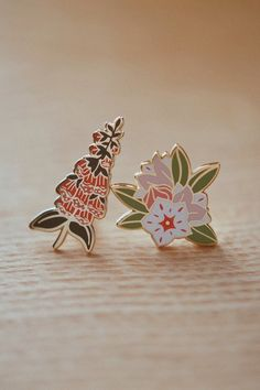 Foxglove & Mountain Laurel Enamel Pin Set (Collaboration with Natelle Draws Stuf. Foxglove & Mountain Laurel Enamel Pin Set (Collaboration with Natelle Draws Stuff) Backpack With Pins, Goth Grunge, Little Presents, Floral Pins, Pin Art, Cool Pins, Metal Pins, Pin And Patches, Kawaii