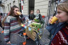 Vriendinnen delen gratis soep uit, zomaar. 'Niet alles moet voor het goede doel zijn'