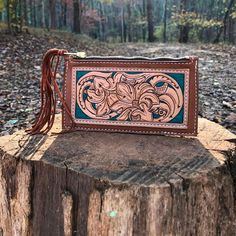 tooled leather wallets 76 Riveted Cowgirl Magazine What could be better than tooled leather? Tooled leather and chain stitch embroidery, which is what 76 & Riveted Leather Company specializes in. Tooled Leather Purse, Leather Wallet Pattern, Leather Tooling, Leather Purses, Leather Handbags, Leather Bags, Custom Leather Belts, Sewing Leather, Leather Dog Collars