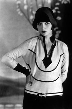 film star - LOUISE BROOKS - High Fashion & the very definition of FLAPPER, wearing a hat that mimicked her famous banged & bobbed hair-style Foto Fashion, 20s Fashion, Fashion History, Vintage Fashion, High Fashion, Fashion Models, Fashion Stores, Fashion Rings, Womens Fashion