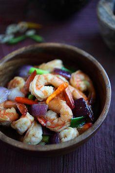 Lemongrass Shrimp - the EASIEST and BEST shrimp stir-fry recipe ever, with lemongrass onion and hoisin sauce | rasamalaysia.com
