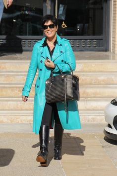 kris jenner love the jacket and bag Robert Kardashian, Kardashian Style, Kardashian Jenner, Kardashian Fashion, Kris Jenner Hair, Kris Jenner Style, Mature Fashion, Love Fashion, Fashion Looks