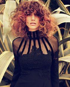 Ombre Hair zählt zu einem ganz wichtigen Frisurentrend - wie von der Sonne geküsst wirken die Haare, die im Verlauf heller werden - zusammen mit diesem grandiosen Lockenbob ein toller Hingucker!