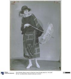 Frau in Kleid von Clara Schultz, 1922