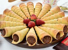 Rulouri cu crema de ciocolata – reteta video No Cook Desserts, Sweet Desserts, Dessert Recipes, My Recipes, Cooking Recipes, Chocolate Filling, Frappe, Bakery, Deserts