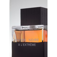 ENCRE NOIRE À L'EXTRÊME reinvents masculine sensuality with its powerful cypress and vetiver accord. A woody new intensity with a unique and unforgettable sillage.