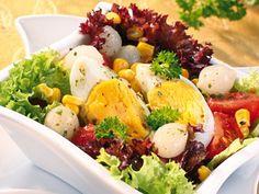Recept na: Salát s vajíčkem a kukuřicí. Kvaření potřebujete především vejce, rajče, olivový olej, směs listových salátů. Příprava pokrmu vám zabere 20 min minut.