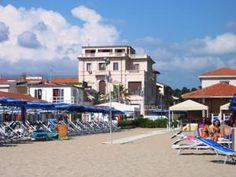 Villa Tina Hotel è situata fronte mare nella parte più elegante della Passeggiata di Viareggio e a pochi passi dalla Pineta.