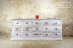 Questo pezzo industriale fonde con successo la natura pratica di una cassettiera con lo stile dei mobili d'epoca.