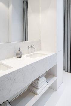 Atelier Carbon - renovatie herenwoning - badkamer carrara marmer - Dornbracht - credits Olmo Peeters