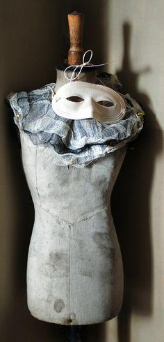 Из-за культа голого тела в городе на отдых и досуг одевались лишь в маски и воротники.