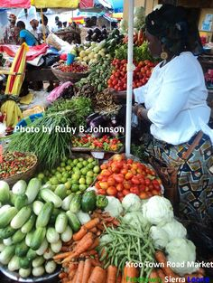 fruit/veggie market in Free Town, Sierra Leone. Street Food Market, Street Vendor, African States, African Women, Fruits And Veggies, Vegetables, All About Africa, West African Food, Traditional Market
