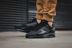 It looks like a year that was dominated by tonal kicks, will also be closing with one. Nike presents its Air Max Zero Essential in a brand new triple black colorway. Everything on the sneaker is kept in black, resulting in a strong stealth look and feel. You can grab the sneaker now for $149 …