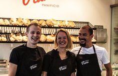 Der Duft von Frischgebackenem empfängt die Göttinger schon auf der Straße. Jeden Morgen wird im Panificio von Viani gebacken: Focaccia, Brote, Biscotti und süße Tartes. Im großen Ofen aus Italien und mit den Mehlen der Mulino Marino aus dem Piemont gelingt der originale Geschmack. Das Rezept der Focaccia kommt direkt aus Genua. Die Göttinger Bäcker verbrachten einige Zeit in der Backstube von Marcello, um auch jeden Kniff zu lernen.