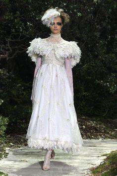 Vestido de noiva gótico   O blog da Maria. #casamento #vestidodenoiva #gótico #plumas #Chanel