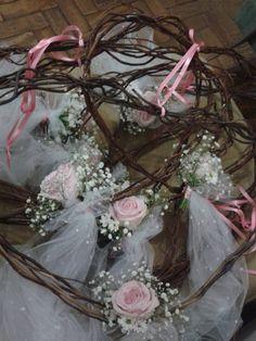 Corações com mini  buquê de noiva ! Um charme para seu casamento em chácara, sitio, onde você escolher, fica lindo... Criação e montagem by Delfinu's Ateliê
