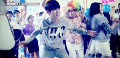 Baek's adorable hip-dance.