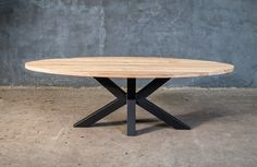 Massieve ovale tafel op maat met design onderstel