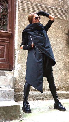 Splendido caldo piumino nero impermeabile / antivento cappotto Stravagante e unico nero senza maniche Gilet asimmetrico Con i lati doppi asimmetrici con cerniera e tasca con zip... così caldo, confortevole e SEMPRE in stile! Essere moderno ed elegante e il coraggio di indossare! Diverse taglie disponibili XS, S, M, L, XL, XXL Tessuto Tessuto antivento e impermeabile 100% poliestere Se avete qualunque domande circa il gilet, la mia politica, spedizione e così via per favore convo m...