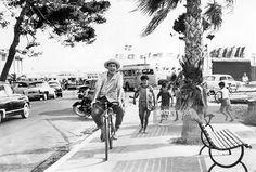Alexander, Peter - Singer, actor, Austria - *- on a bicycle while filming the movie 'So ein Millionär hat's schwer' Directed by: Géza von Cziffra Austria 1958 Vintage property of ullstein bild