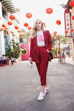Red pants with a wide leg - a street style look perfect for a weekend or even work day! Blazer Fashion, Suit Fashion, Fashion Outfits, Fashion Looks, Fashion Scarves, 1950s Fashion, Vintage Fashion, Modest Casual Outfits, Cool Outfits