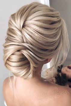 Wedding Hairstyles For Long Hair Trendy prom hairstyles for long hair can fit any lady's taste and the desirable look. Our collection of hairstyles offers it all: they are romantic, elegant, intricate and, most importantly, super-amazing. Hairdo For Long Hair, Prom Hairstyles For Long Hair, Homecoming Hairstyles, Long Wavy Hair, Easy Hairstyles, Flapper Hairstyles, Hairstyles 2018, Woman Hairstyles, Textured Hairstyles