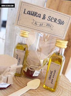 Precioso regalo gourmet compuesto de botella de aceite de oliva Virgen Rafael Salgado, tarrito de mermelada y cucharita de madera.