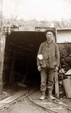 Rhoades-Hall mine during the Klondike gold rush (which started after gold being… Old Pictures, Old Photos, Vintage Photos, Canadian Identity, Gold Miners, Gold Prospecting, Coal Mining, Mountain Man, Gold Rush