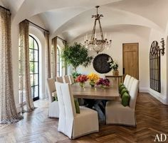 Dining Room : Gisele Bündchen and Tom Brady's House in Los Angeles : Architectural Digest. Only for the curtains, which look like chain metal from this distance, the chandelier, and the flowers. Architectural Digest, Dark Wood Kitchen Cabinets, Dark Wood Kitchens, Dining Room Fireplace, Dining Room Table, Dining Rooms, Tom Bradys House, Planchers En Chevrons, Home Design